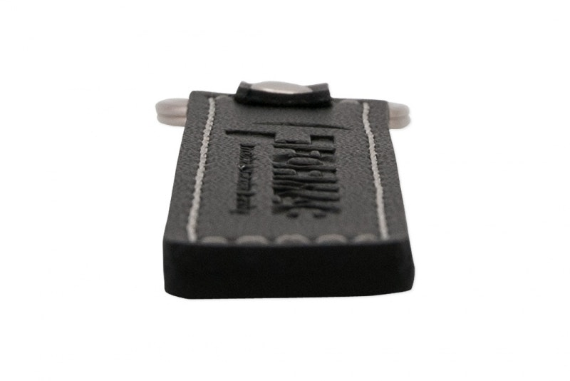 Nyckelring i svart läder med prägling